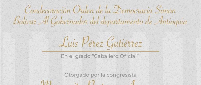 Margarita Restrepo condecora al gobernador Luis Pérez Gutiérrez y al Hospital General de Medellín